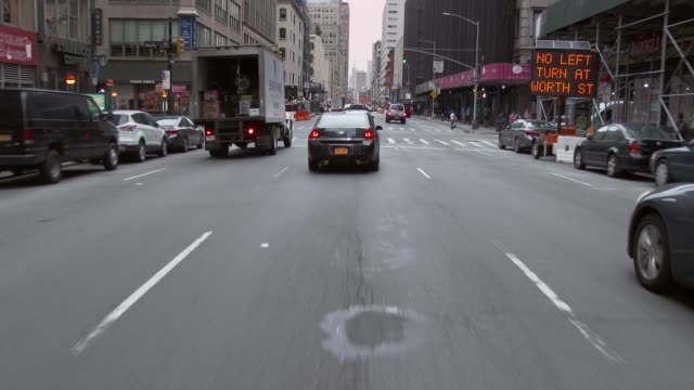 vidéos et rushes de forward pov of driving around nyc on a sunday morning. - destination de voyage