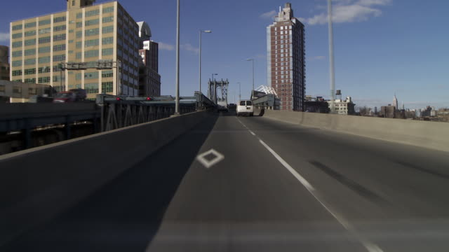 vídeos de stock e filmes b-roll de forward pov driving over the manhattan bridge from brooklyn to manhattan - ponte de manhattan