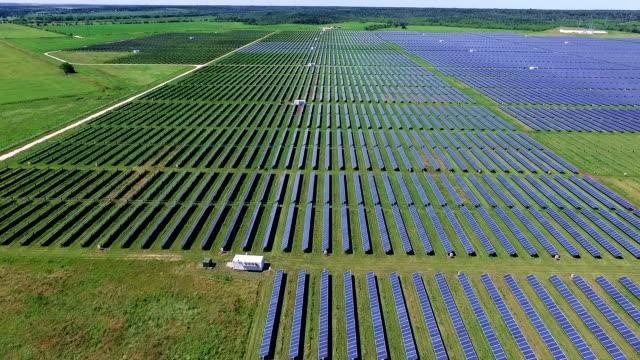vídeos y material grabado en eventos de stock de hacia la innovación volando sobre panel solar farm - ecologista