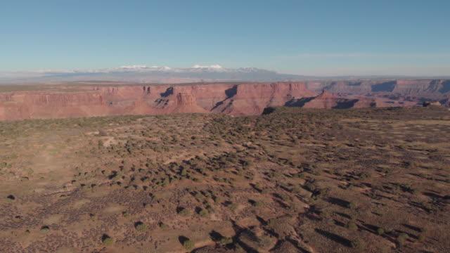 a forward moving drone shot of desert scenery near canyonlands national park in utah usa - landscape scenery点の映像素材/bロール