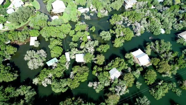 vidéos et rushes de vers l'avant au-dessus de la zone inondée, inondations historiques le long de la rivière colorado feuilles maisons inondées et sous l'eau - accident domestique