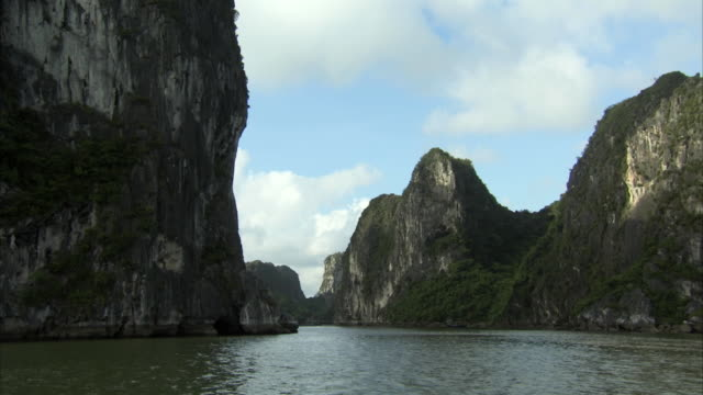 forward pov shot travelling across halong bay, vietnam. - 石灰岩点の映像素材/bロール