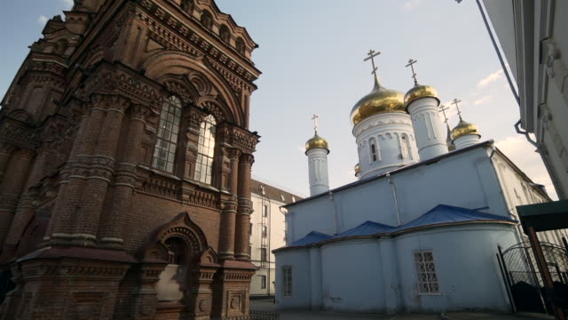 forward slow pan left to right: gold towers of the church with white pain - kazan, russia - 宗教上のシンボル点の映像素材/bロール