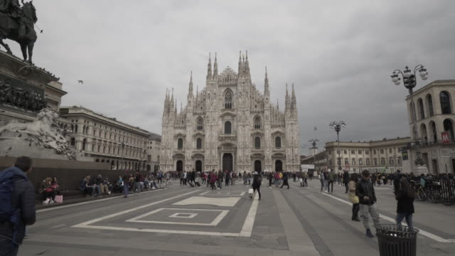 vidéos et rushes de forward time-lapse: old milan cathedral standing in the middle of the city with tourists in the area - cathédrale