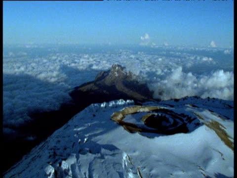 vidéos et rushes de forward track over snow capped crater of mount kibo volcano - volcan