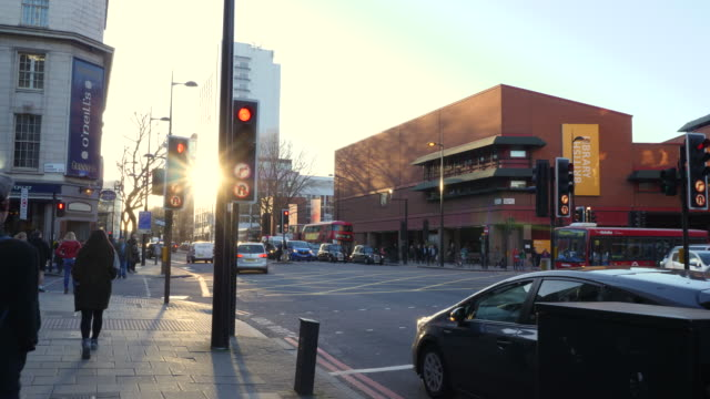 vidéos et rushes de forward tracking shot along london's euston road towards the british library. - signalisation routière lumineuse