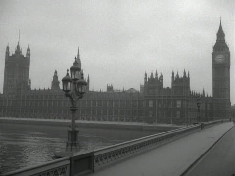 forward tracking shot along westminster bridge towards big ben and the houses of parliament 1961 - westminster bridge stock-videos und b-roll-filmmaterial