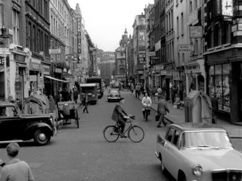 vídeos y material grabado en eventos de stock de forward tracking shot from the top of a car moving along old compton street soho from junction with frith street towards wardour street moving past... - soho londres