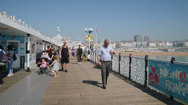 forward pov tracking shot moving along brighton's palace pier. - ブライトン パレスピア点の映像素材/bロール