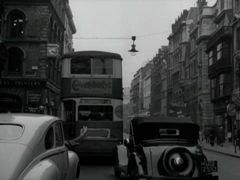 forward tracking shot moving past the royal courts of justice and along fleet street towards st pauls cathedral - autobus a due piani video stock e b–roll