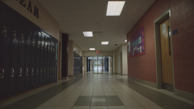 vídeos de stock, filmes e b-roll de forward tracking shot of an empty school hallway. - perspectiva espacial