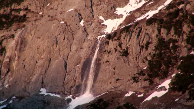 ws forzen waterfall at  wetterhorn / grindelwald, bernese oberland, switzerland - berner alpen stock-videos und b-roll-filmmaterial