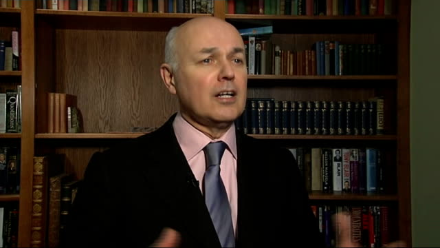 vídeos de stock e filmes b-roll de foster carers and armed services exempted from 'bedroom tax': duncan smith interview; england: london: westminster: int iain duncan smith mp... - acolhimento familiar