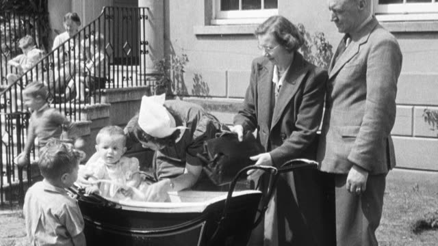 vídeos y material grabado en eventos de stock de 1950 montage foster parents arriving at orphanage and picking up their new infant foster daughter / united kingdom - adopción