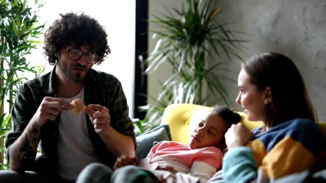 foster föräldrar som har mellanmål med foster dotter - familjehem bildbanksvideor och videomaterial från bakom kulisserna