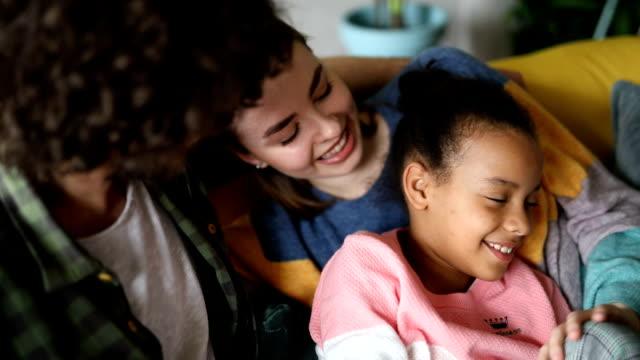 vidéos et rushes de parents adoptifs jouant avec leur fille adoptive - famille d'accueil