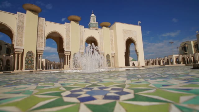 fountain and architectural detail of hassan ii mosque in morocco - moské bildbanksvideor och videomaterial från bakom kulisserna