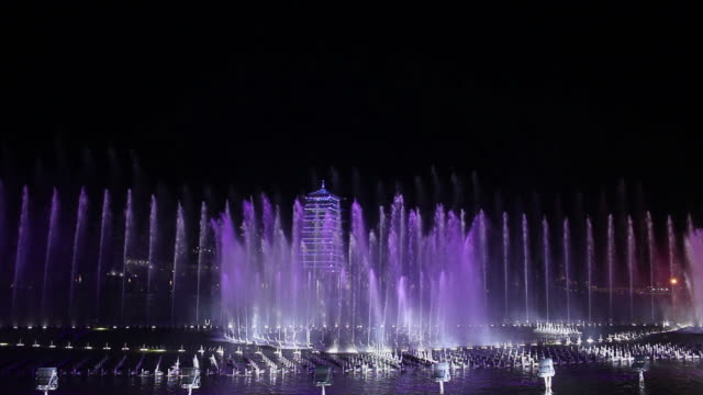 ws pan fountain and pagoda at night/xian,shaanxi,china - springbrunnen stock-videos und b-roll-filmmaterial