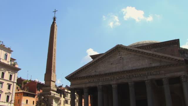 vídeos de stock e filmes b-roll de ms, pan, fountain and pantheon, piazza della rotonda, rome, italy - estilo do século 16