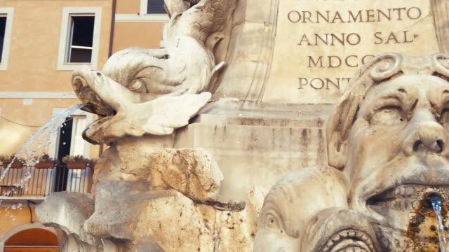 fontana e pantheon, roma, italia - temple building video stock e b–roll
