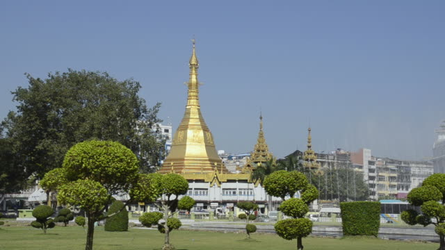ws fountain and sule pagoda at mahabandoola garden / yangon, yangon division, myanmar - pagoda stock videos and b-roll footage