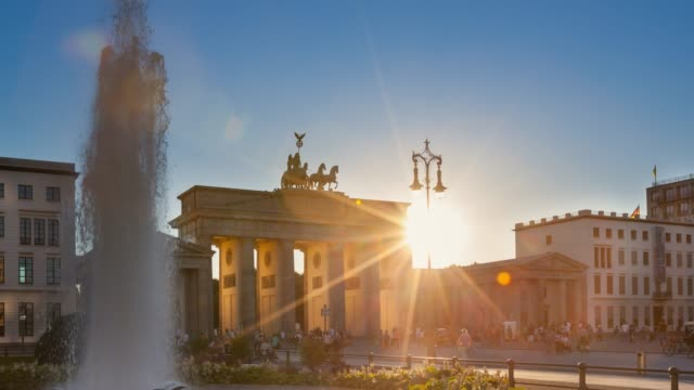 fountain and tourists - brandenburg gate stock videos & royalty-free footage