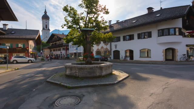 vídeos de stock, filmes e b-roll de ms fountain and traditional houses in german rural village - garmisch partenkirchen