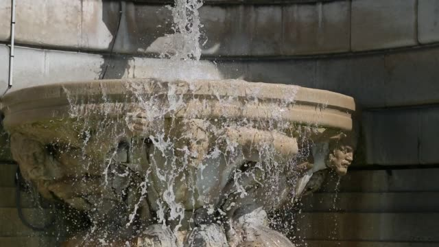 vidéos et rushes de fountain at montmatre in paris - ornement
