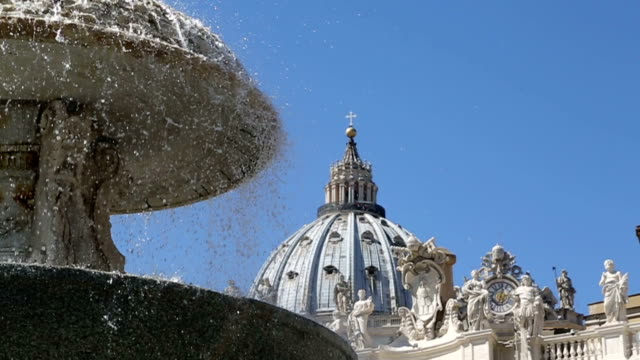 vídeos y material grabado en eventos de stock de fuente en la plaza de san pedro en el vaticano, roma - roma italia