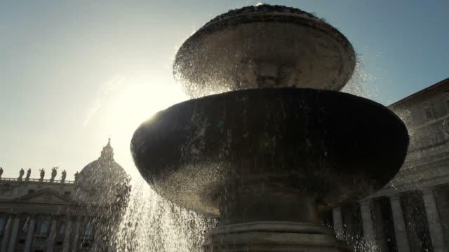 ファウンテンで聖ピーターのバチカン、ローマ広場に - サンピエトロ寺院点の映像素材/bロール