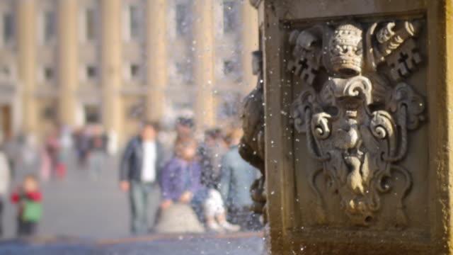 fontana in piazza san pietro in vaticano, roma - stato del vaticano video stock e b–roll
