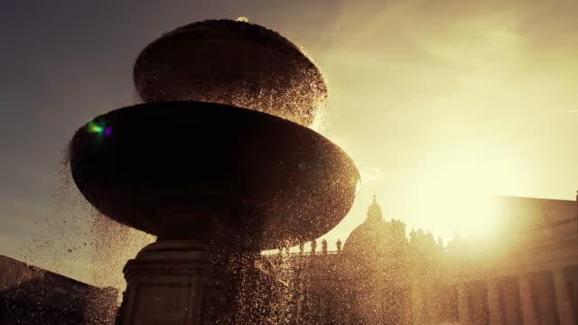 fontana in piazza san pietro in vaticano, roma - fontana struttura costruita dall'uomo video stock e b–roll