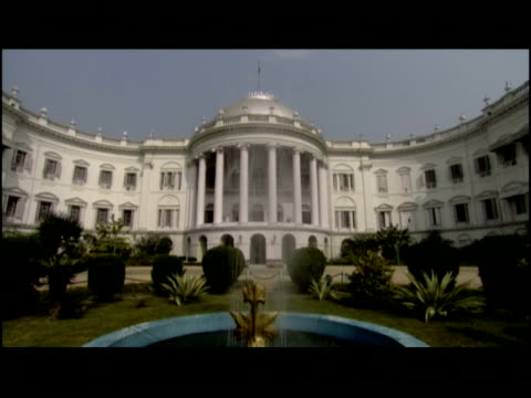 vídeos y material grabado en eventos de stock de a fountain decorates the entrance to the kolkata palace. - patio de edificio