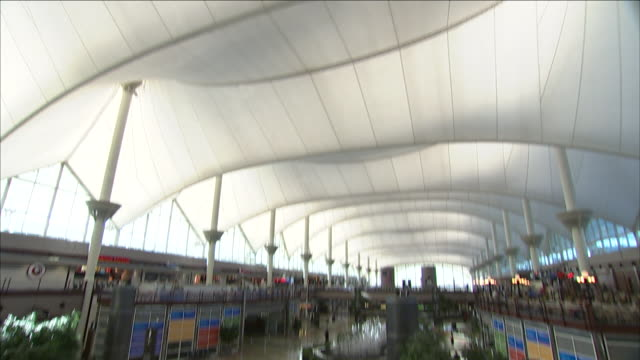stockvideo's en b-roll-footage met a fountain flows in the jeppesen terminal of denver international airport. - dia