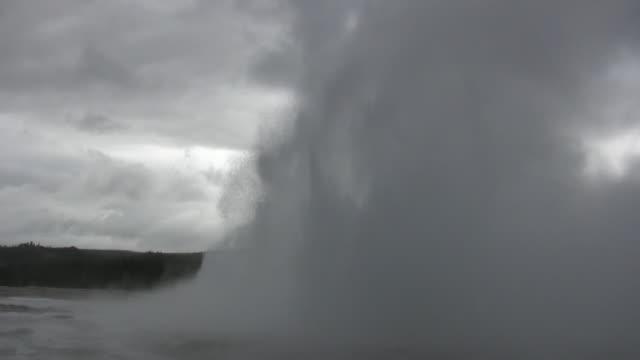 fountain geyser erupts during storm - geysir stock-videos und b-roll-filmmaterial