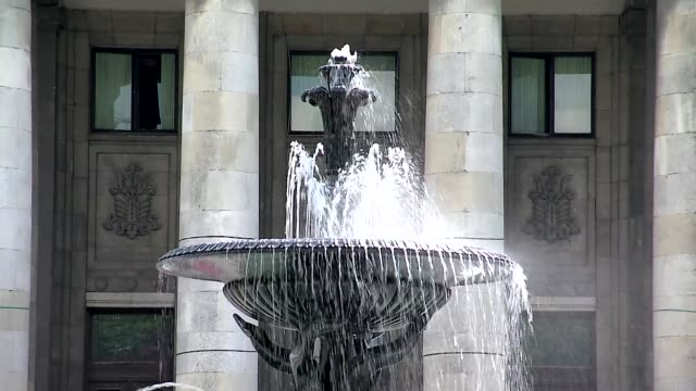 fountain in front of palace of culture and science in warsaw - springbrunnen stock-videos und b-roll-filmmaterial