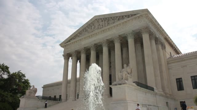 cu fountain in front of us supreme court the high court ruled today by 7 to 2 margin that homeowners in north carolina can not sue a company that... - oberstes bundesgericht der usa stock-videos und b-roll-filmmaterial