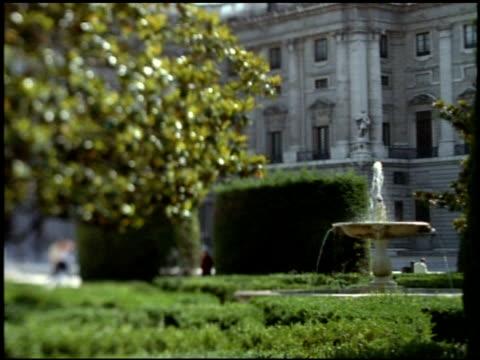 vídeos y material grabado en eventos de stock de fountain in gardens of palacio real, madrid - fuente estructura creada por el hombre