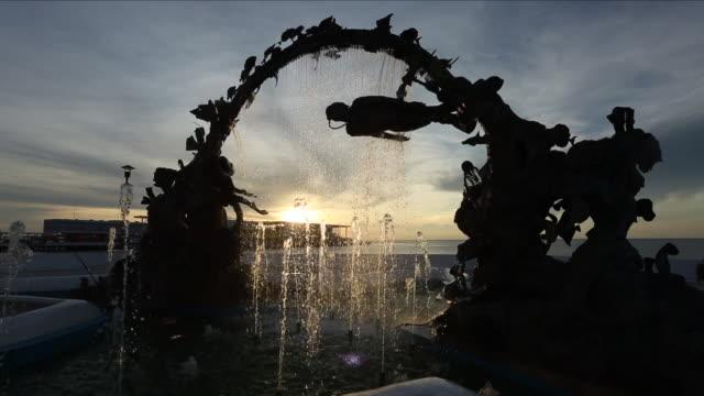 vídeos y material grabado en eventos de stock de fountain made of an arch shaped sculpture representing scuba divers and caribbean marine life. the fountain is located in san miguel de cozumel on... - terminal de ferry
