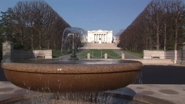 stockvideo's en b-roll-footage met ws, fountain, national archives building in distance, washington dc, washington, usa - national archives washington dc