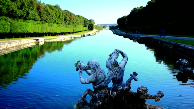 fontana di palazzo reale di caserta - palace video stock e b–roll