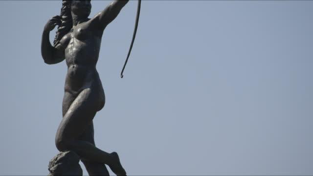 vídeos de stock, filmes e b-roll de fountain of diana the huntress (diana cazadora) - figura feminina
