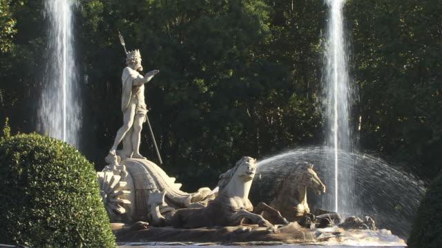 vídeos y material grabado en eventos de stock de ws, fountain of neptune, plaza canovas, madrid, spain - fuente estructura creada por el hombre