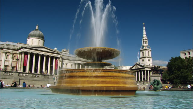 ms fountain on trafalgar square and national gallery, london, england - tornspira bildbanksvideor och videomaterial från bakom kulisserna
