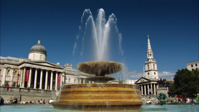 ms fountain on trafalgar square and national gallery, london, england - trafalgar square stock-videos und b-roll-filmmaterial
