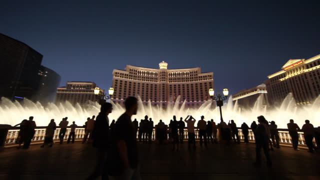 ws fountain outside bellagio hotel and casino at night / las vegas, nevada, usa - las vegas stock-videos und b-roll-filmmaterial