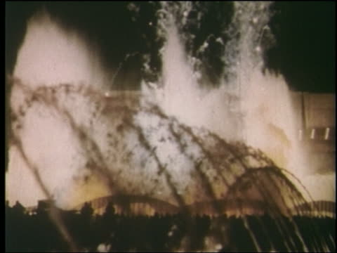 stockvideo's en b-roll-footage met 1964 fountain shooting fireworks at night / ny world's fair - wereldtentoonstelling new york
