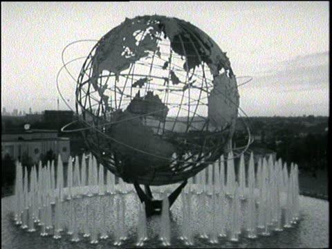 vídeos y material grabado en eventos de stock de a fountain surrounds the unisphere globe at the world's fair in flushing meadows in queens new york city - flushing
