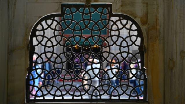 vídeos de stock, filmes e b-roll de indicador da fonte da mesquita de suleymaniye em istambul. - istambul