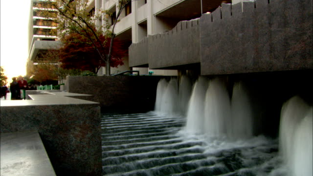 stockvideo's en b-roll-footage met fountains bubble up under the ledge of a high-rise building. available in hd. - vensterbank